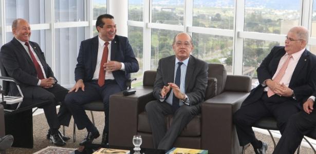 O presidente do TSE, Gilmar Mendes, em encontro com integrantes da comissão da reforma política no Congresso