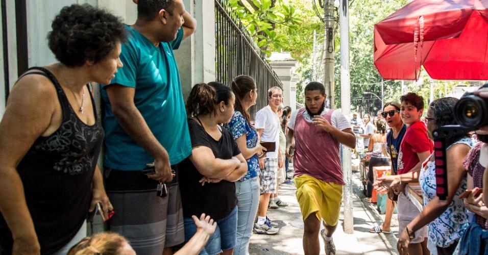 12.nov.2017 - Candidato corre para chegar a tempo de fazer a segunda etapa do Enem 2017, no campus da Universidade Veiga de Almeida, na zona norte carioca