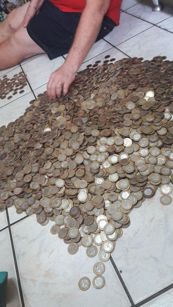 Marcelle Riesco do Nascimento e Rodrigo Melo Matos juntam moedas de R$ 1