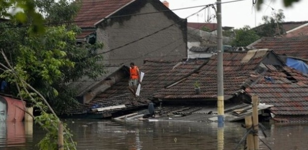 A perfuração ilegal de poços tem deixado a capital da Indonésia mais vulnerável a inundações
