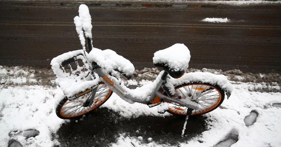 26.fev.2018 - Bicicleta fica coberta de neve em rua de Roma, na Itália