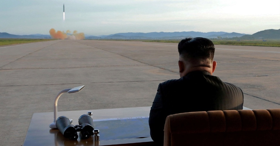 16.set.2017 - O líder norte-coreano Kim Jong-un observa o lançamento do míssil Hwasong-12