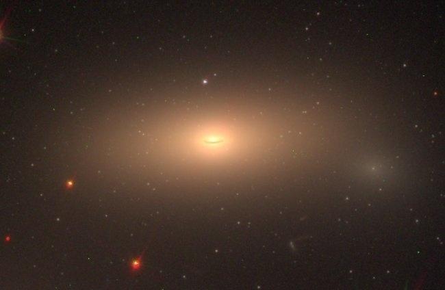 """GALÁXIA INTACTA: Cientistas detectam pela primeira vez uma galáxia """"relíquia"""", ou seja, que está intacta desde o começo do Universo. O fenômeno foi detectado pelo telescópio espacial Hubble."""