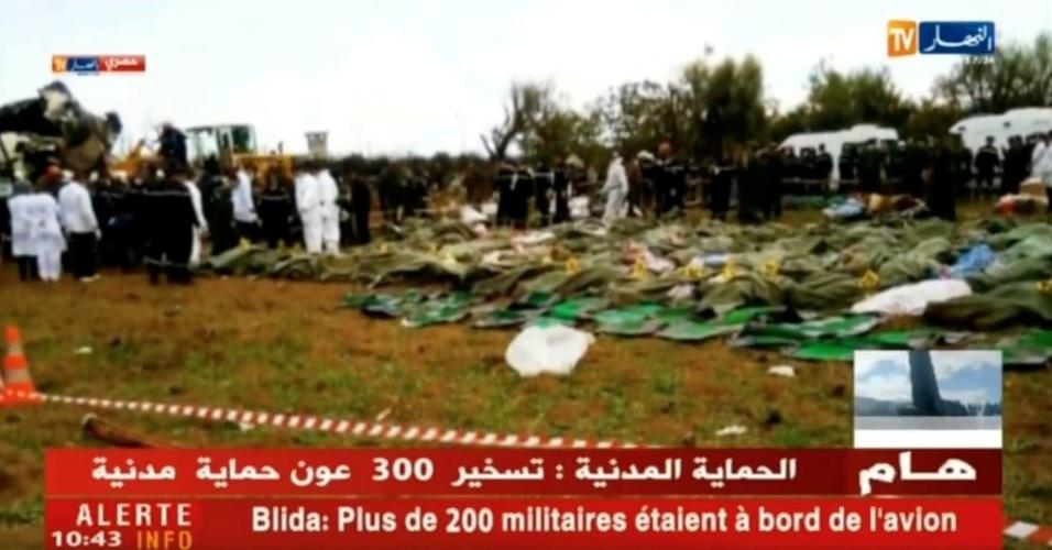 Um avião militar com 100 soldados a bordo caiu nesta quarta-feira pouco depois da decolagem perto da base aérea de Boufarik, a 30 quilômetros de Argel, na Argélia