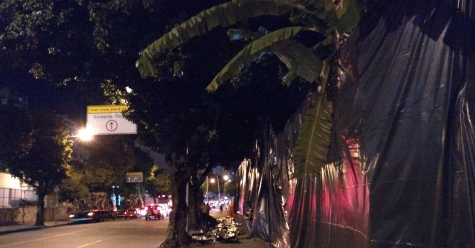Lonas pretas foram colocadas na rua do crime para garantir o sigilo dos trabalhos