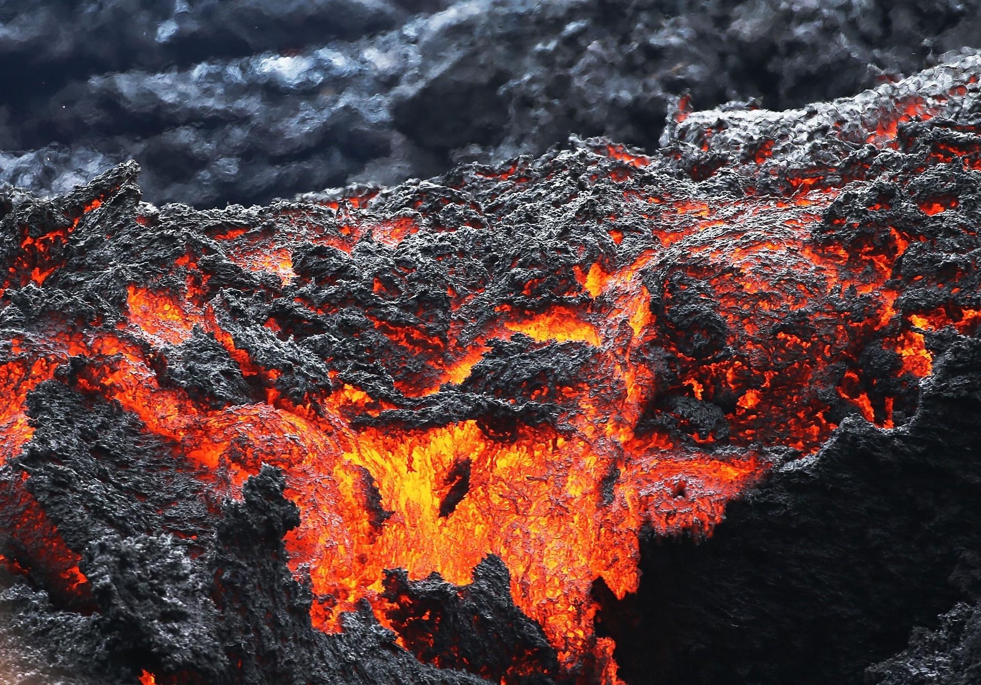 12.mai.18 - Lava sai de uma fissura após erupções no vulcão Kilauea, no Havaí (EUA)