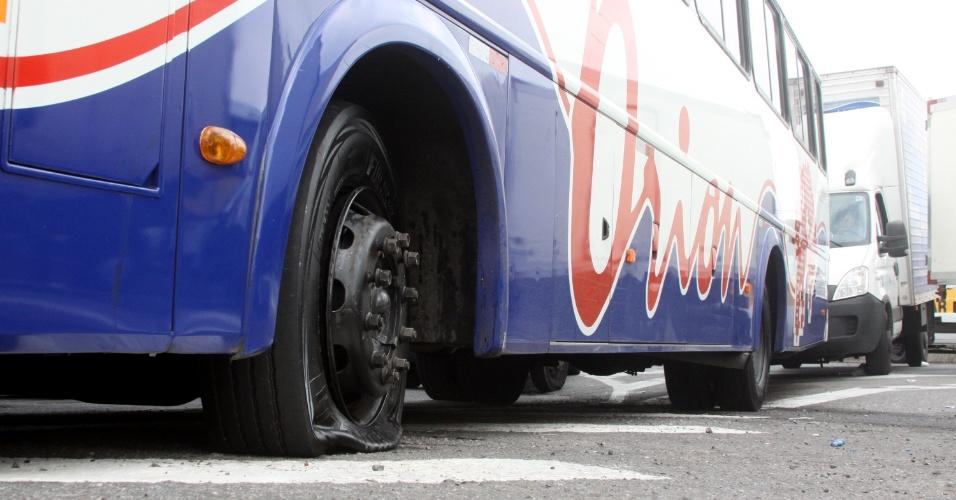Pneu de ônibus é furado durante protesto na Rodovia Regis Bittencourt, na altura de Embu das Artes, em São Paulo