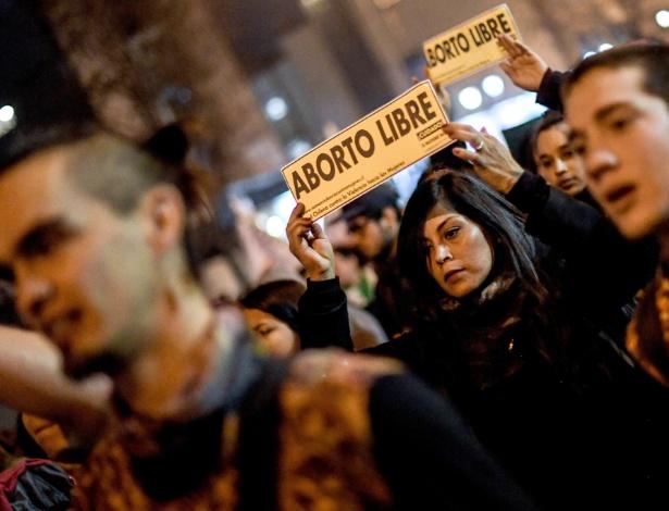 Pessoas participam de marcha a favor do aborto, em Santiago, na noite desta 4ª - Jorge Villegas/Xinhua