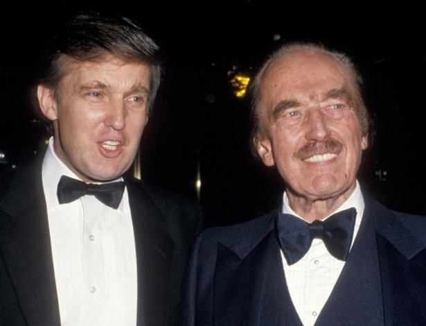 Fred Trump (dir.), pai do atual presidente dos Estados Unidos, Donald Trump (a seu lado na imagem), nasceu pouco depois que a família Trump teve de deixar a Alemanha - Getty Images
