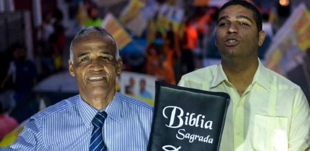 Eleito, Pastor Sargento Isidório com a Bíblia ao lado do filho, João Isidório