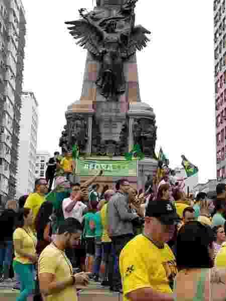 """26.mai.2019 - Em Santos (SP), manifestantes estendem faixa """"fora STF"""" em monumento - Beatriz Montesanti/UOL"""