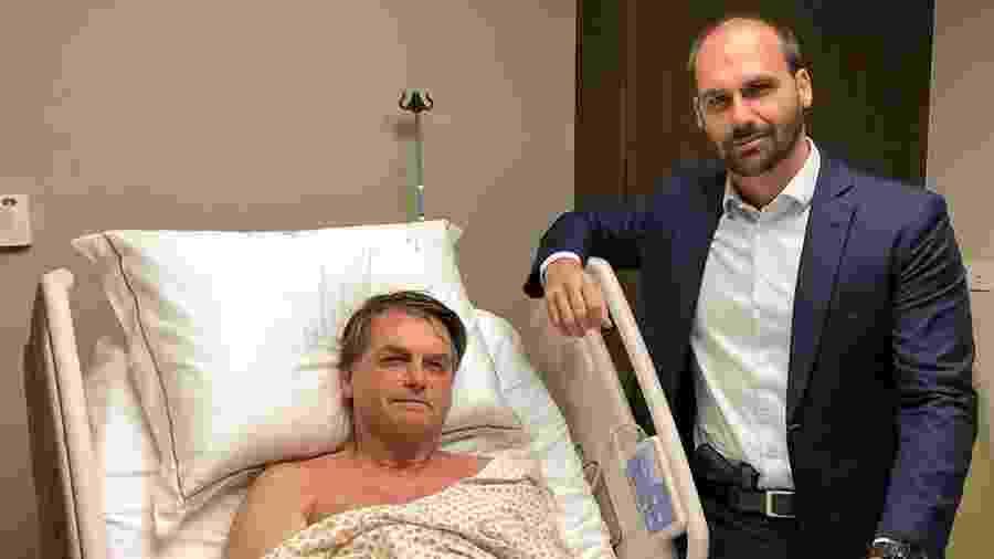 Eduardo Bolsonaro exibe pistola na cintura em visita ao pai, Jair Bolsonaro, em hospital de SP - Reprodução/Instagram
