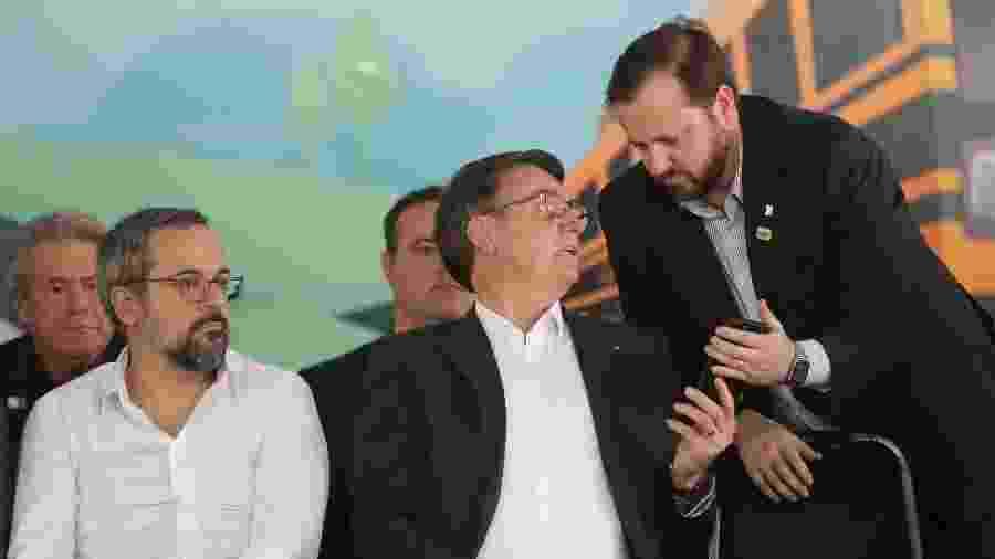 Logo após soltura de Lula, assessor mostra celular para o presidente Bolsonaro em evento em Goiânia -  GABRIELA BILÓ/ESTADÃO CONTEÚDO