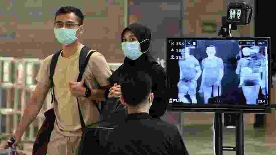 Os controles para a detecção da covid-19 em Cingapura começaram no aeroporto - Getty Images