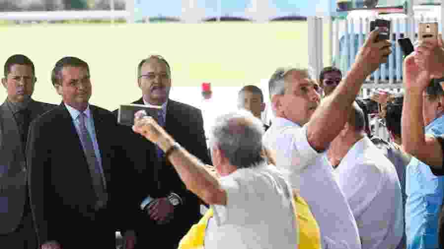 Bolsonaro entre apoiadores às portas do Palácio da Alvorada. Presidente aproveita ocorrência, parte de sua rotina diária, para disparar impropérios contra a ordem democrática e o estado de direito - Foto: Antonio Cruz/Agência Brasil