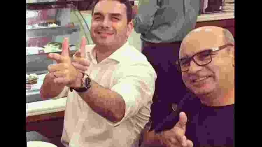 Flavio Bolsonaro e Fabrício Queiroz fazem sinal de arminha - Reprodução/Instragram