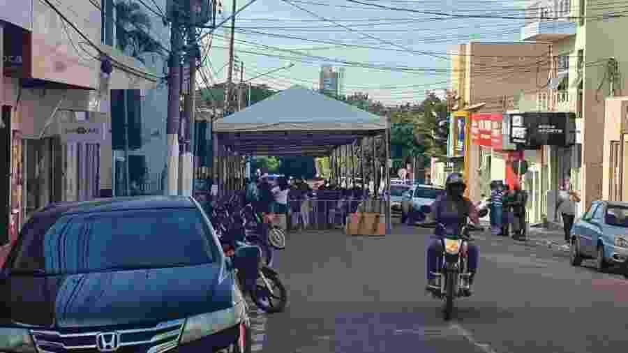 Prefeitura de Rondonópolis organiza fila de usuários da Caixa que aguardavam saque do auxílio emergencial em maio - Divulgação