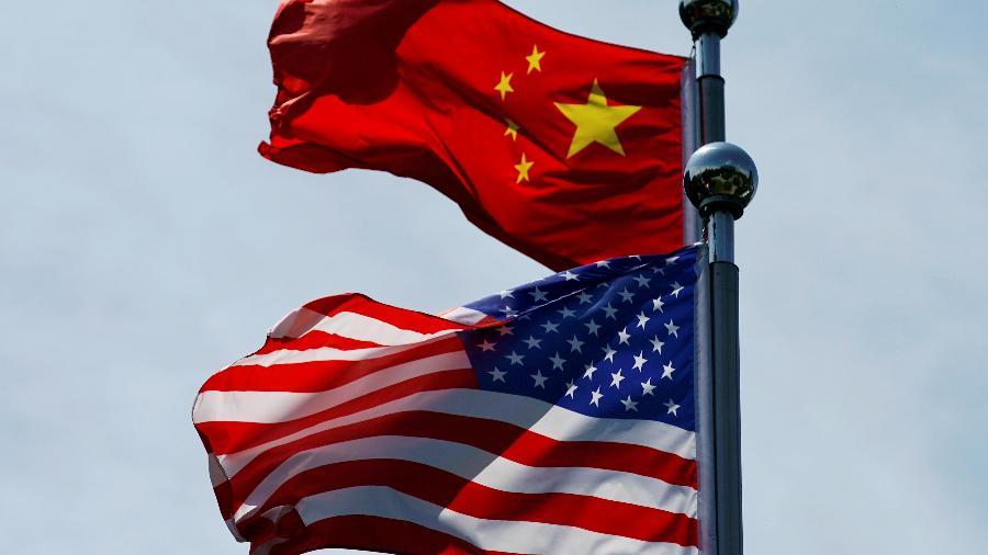 Bandeiras dos EUA e da China em Xangai, por ocasião de encontro de delegação comercial norte-americana com autoridades chinesas - Aly Song