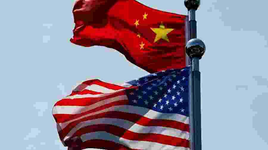 Bandeiras dos EUA e China hasteadas em Xangai - Aly Song