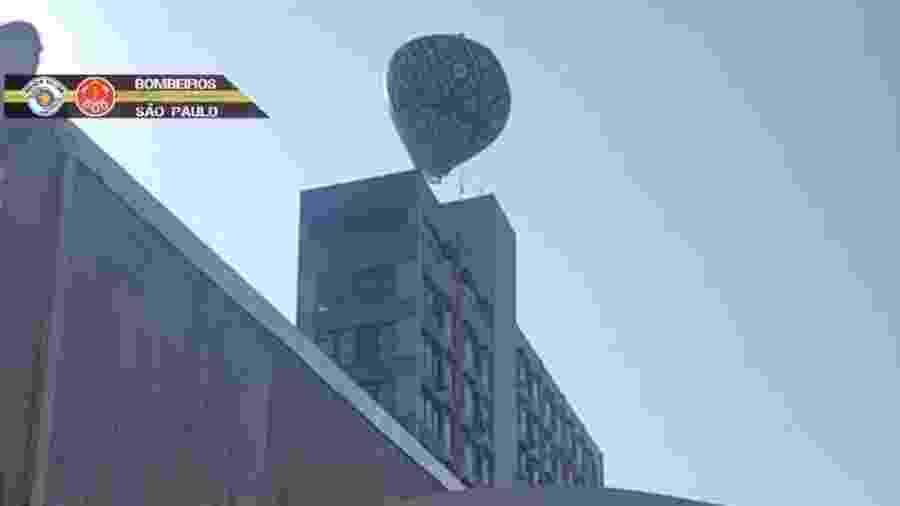 Balão sobrevoando em Santos - Reprodução/Bombeiros