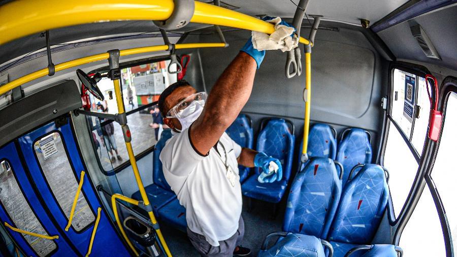 Motorista higieniza ônibus antes da entrada dos passageiros em terminal urbano de Florianópolis (SC) - Eduardo Valente/iShoot/Estadão Conteúdo