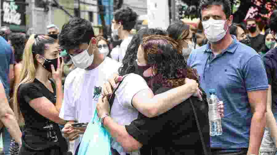 Estudantes se abraçam antes da prova da Fuvest neste domingo (10) - BRUNO ESCOLASTICO/PHOTOPRESS/ESTADÃO CONTEÚDO