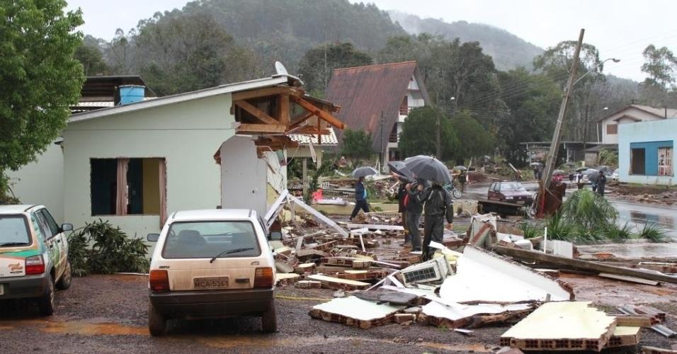 16.jul.2015 - Casas ficam destruídas após as fortes chuvas que atingiram o município Saudades, em Santa Catarina. Escolas e estradas também foram afetadas