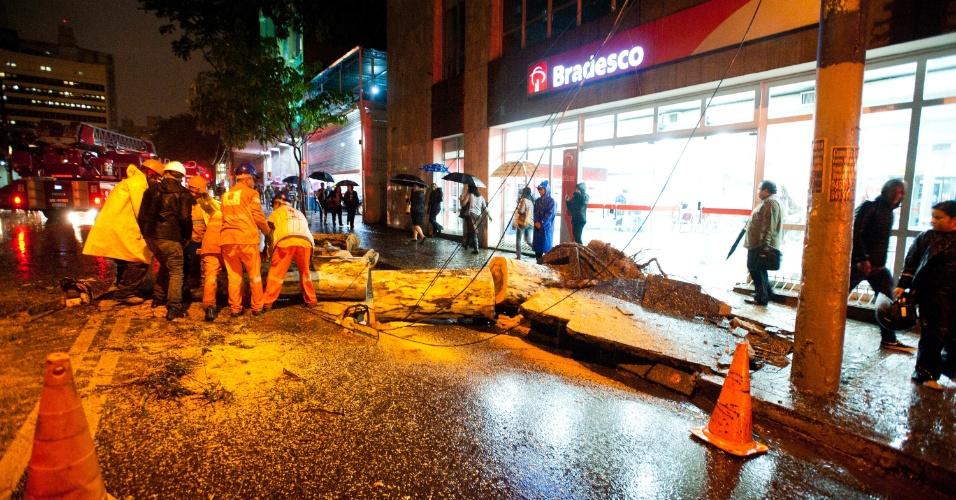 8.set.2015 - A queda de uma árvore danificou fios de energia elétrica e causou bloqueio total nos dois sentidos da avenida Brigadeiro Luiz Antônio, na altura do número 480, na região central de São Paulo. De acordo com o Corpo de Bombeiros, ao menos 21 árvores caíram na cidade nesta terça-feira