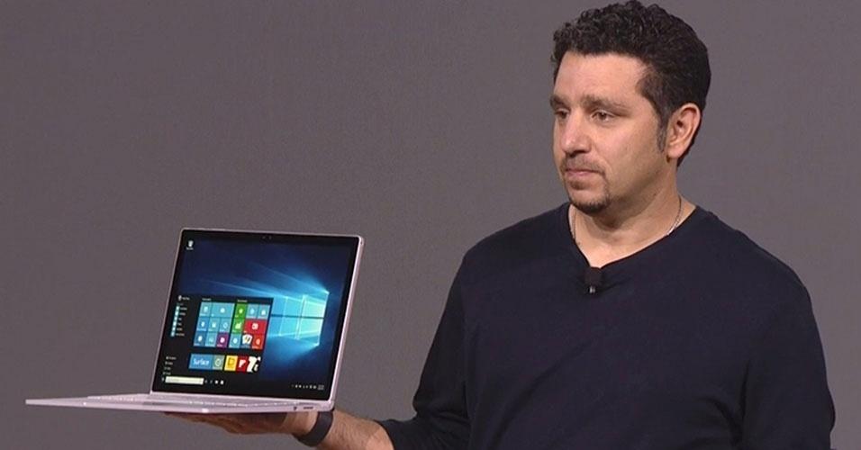 """6.out.2015 - A Microsoft lançou o Surface Book, rival direto do iPad Pro (Apple). Possui tela de 13,5 polegadas (267 pixels por polegada, 6 milhões de pixels). Anunciado como o """"PC fino mais poderoso já feito"""", o dispositivo tem espessura de apenas 7,7 milímetros"""
