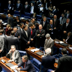 Líder do PT no Senado, Humberto Costa, acompanha a sessão que acatou a prisão do senador Delcídio Amaral (PT-MS)