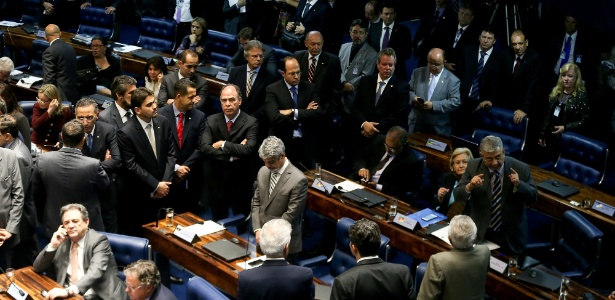 O líder do PT no Senado, Humberto Costa, na sessão que acatou detenção de Delcídio; partido foi o único a recomendar suspensão da prisão do senador do Mato Grosso do Sul - Alan Marques/ Folhapress