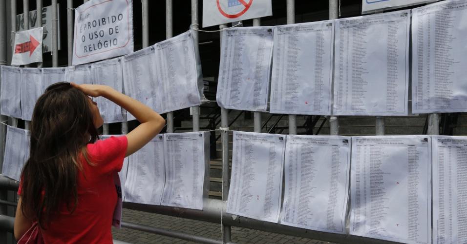 29.nov.2015 - Candidata procura o seu nome da lista de um local de prova na Barra Funda, zona oeste de São Paulo. Fuvest aplica neste domingo as provas da primeira fase do vestibular 2016