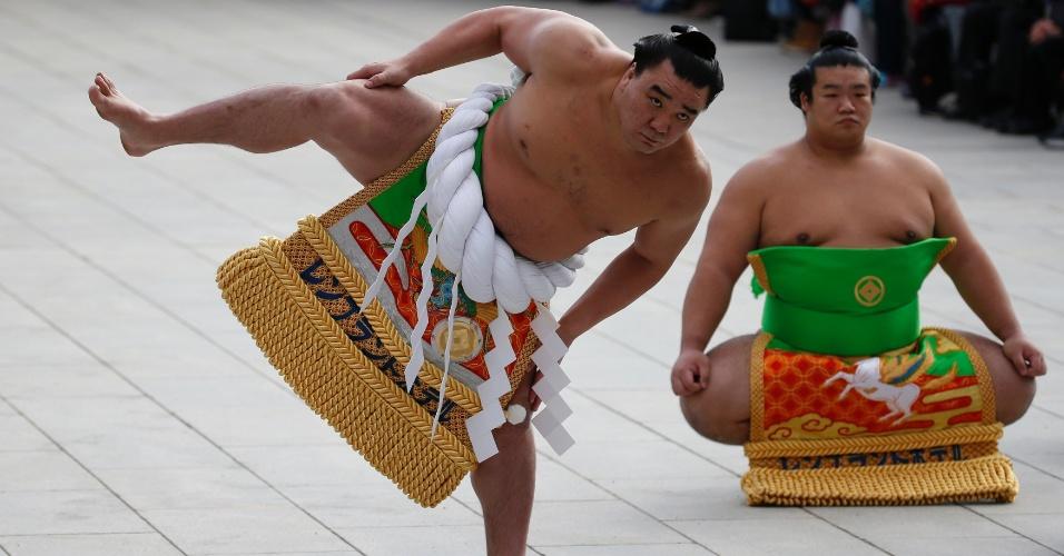 7.jan.2016 - O campeão de sumô Yokozuna Harumafuji, nascido na Mongólia, se apresenta em cerimônia de comemoração do Ano-Novo, no santuário Meiji, em Tóquio (Japão)