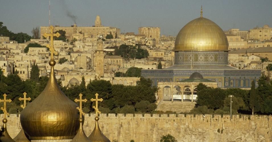 Encruzilhada espiritual. O Domo da Rocha, em Jerusalém, é um dos mais antigos exemplos de arquitetura islâmica. Sua localização, no centro do monte do Templo, é significativo para judeus, cristãos e muçulmanos