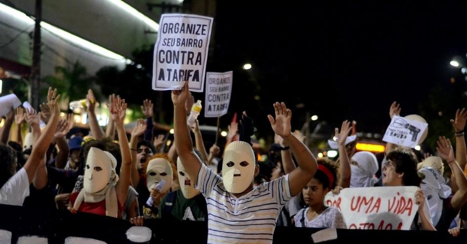 20.jan.2016 - Manifestantes saem em passeata pelas ruas do centro do Recife (PE), nesta quarta-feira (20), em protesto contra o aumento da passagem de ônibus na região metropolitana. Eles pedem o cancelamento do reajuste de 14,42%, que elevou a tarifa do A para R$ 2,80 e do B para R$ 3,85