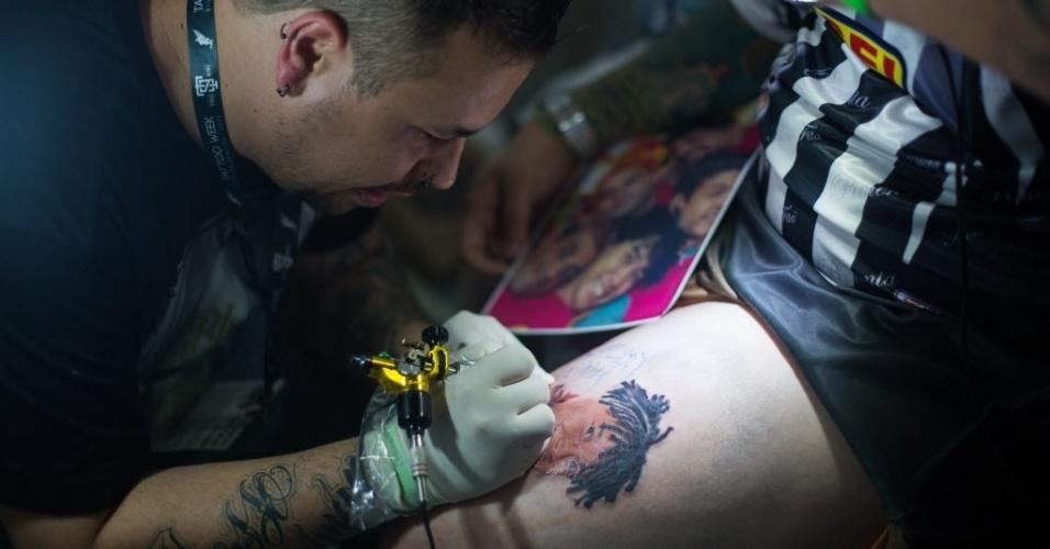 22.jan.2016 - O tatuador Alexandre Moises, 29, saiu de São Paulo para trabalhar na Convenção Internacional Tattoo Week 2016, que acontece no Rio de Janeiro. Segundo ele, pedidos de tatuagens realistas cresceram nos últimos anos.