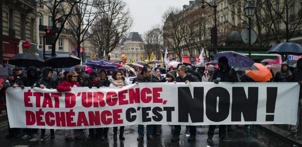 Protesto em Paris contra a manutenção do estado de emergência