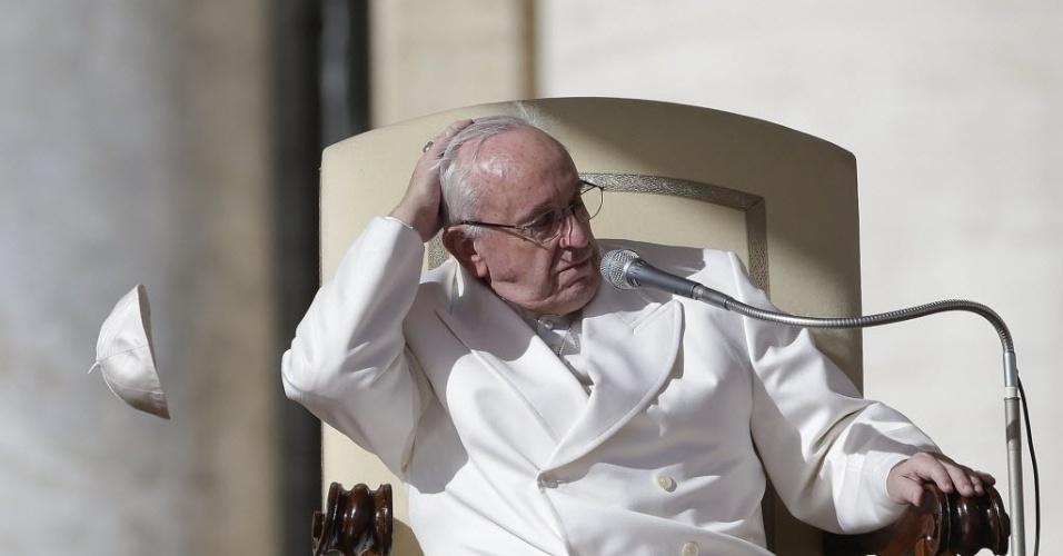 10.fev.2016 - Papa Francisco perde o solidéu, chapéu tradicional, durante uma ventania na praça de São Pedro, no Vaticano