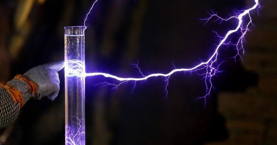 15.fev.2016 - O ar se torna condutor de eletricidade a partir do momento que a tensão acumulada ultrapassa milhões de Volts. Na imagem, raios elétricos são atraídos por  proveta com água