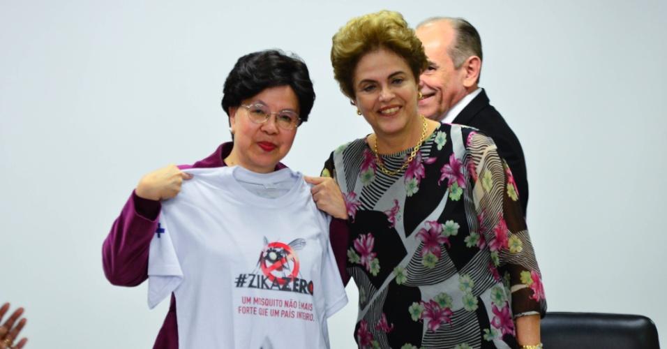 23.fev.2016 - A presidente Dilma Rousseff (PT) posa ao lado da diretora-geral da OMS (Organização Mundial de Saúde), Margareth Chan. Encontro em Brasília (DF) serviu para discutir o surto do vírus da zika e os casos de microcefalia no Brasil. Margareth Chan ainda passará pelo Recife, epicentro do surto, na passagem pelo país