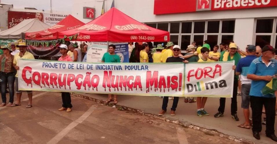 13.mar.2016 - Manifestantes fazem ato contra o governo Dilma Rousseff Cacoal (RO). A imagem foi enviada pelo internauta Dony Campos para o WhatsApp UOL Notícias - (11) 95520 5752