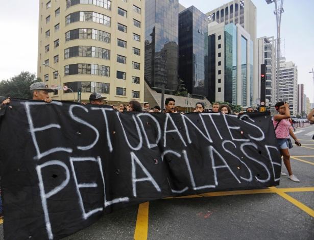 29.mar.2016 - Estudantes realizam um ato na avenida Paulista esquina com a avenida Brigadeiro Luis Antônio contra o fechamento de salas na rede estadual, a máfia da merenda e por melhores condições de estudo na rede pública