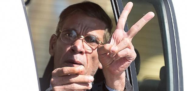 Algemado, Seif Mustafa faz o sinal da vitória ao deixar tribunal em Larnaca, no Chipre - George Michael/AFP