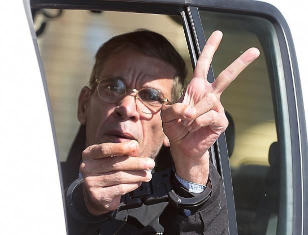 Algemado, o egípcio Seif al-Din Mohamed Mostafa faz o sinal da vitória ao deixar tribunal em Larnaca, no Chipre