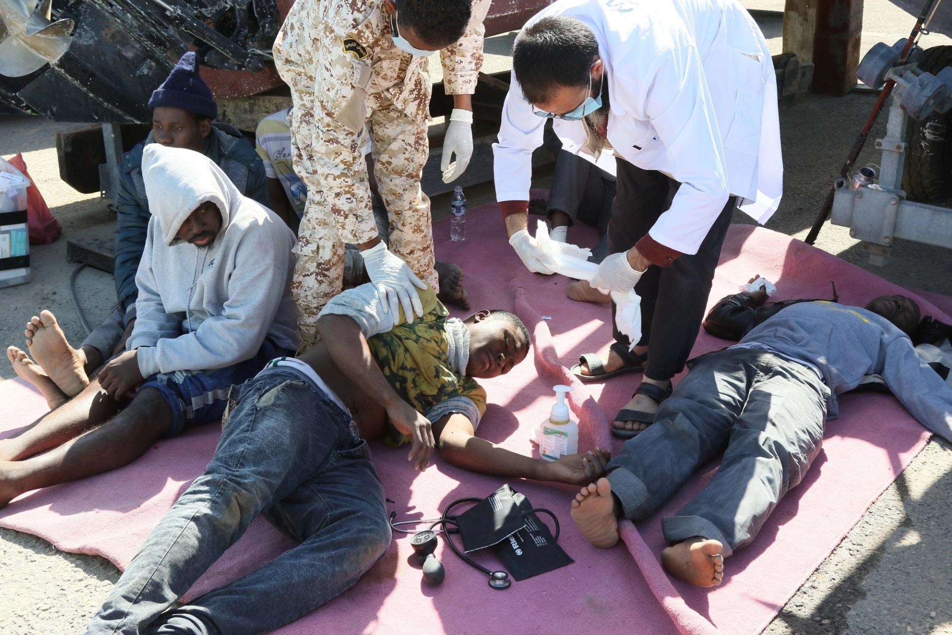 11.abr.2016 - Migrantes ilegais recebem tratamento médico depois um resgate no porto de Trípoli, na Líbia. O barco em que estavam começou a afundar na costa do país. Cerca de 115 pessoas de origem africana foram resgatadas