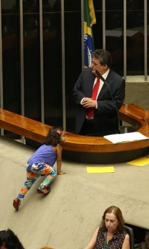 16.abr.2016 - Uma menina tenta subir no plenário da Câmara enquanto o deputado Sílvio Costa (PTdoB-PE) fala sobre processo de afastamento da presidente Dilma Rousseff