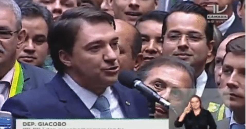 """17.abr.2016 - O voto do deputado Giacobo (PR-PR) pelo """"sim"""" causou grande comemoração entre os deputados pró-impeachment na Câmara"""