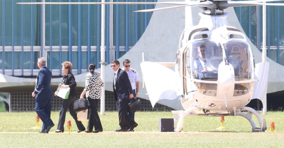 23.abr.2016 - A presidente Dilma Rousseff desembarcou  no gramado do Palácio da Alvorada, em Brasília, no final da manhã. A presidente voltou de Nova York, onde assinou o acordo climático de Paris e discursou em cerimônia na sede da ONU