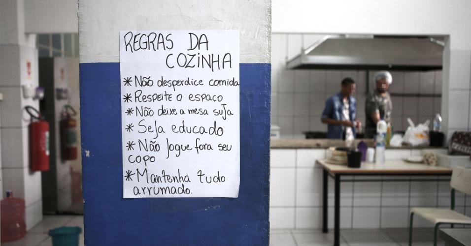 20.abr.2016 - Além de precisar tirar os calçados para entrar na cozinha, outras regras foram adotadas pela comissão de ocupação do Colégio Estadual Amaro Cavalcanti, na zona sul do Rio