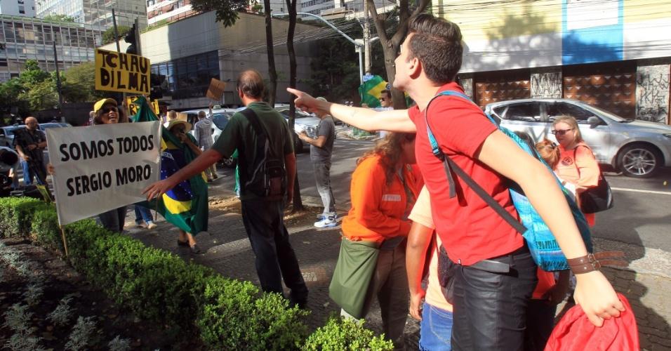 25.abr.2016 - Grupos pró-impeachment e pró-governo protestam em frente ao Hotel Maksoud Plaza, na região da avenida Paulista, em São Paulo (SP), onde o ex-presidente Luiz Inácio Lula da Silva participa de evento organizado pelo PT. A Polícia Militar precisou separar os manifestantes